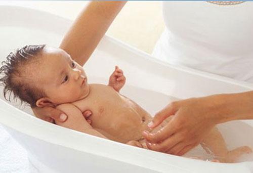 Как купать новорожденного малыша