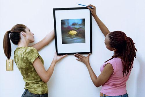 Как гармонично повесить картины на стене