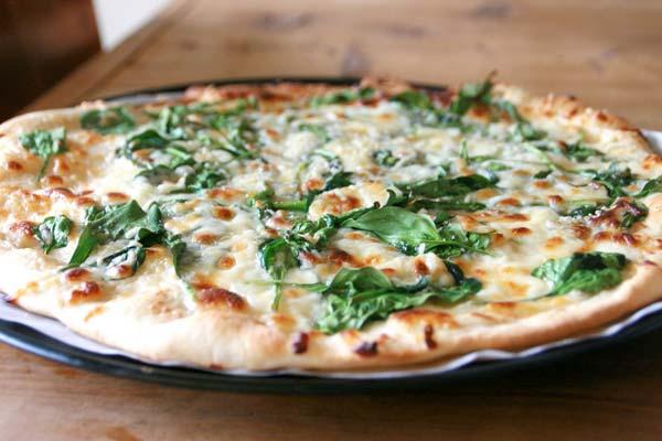 Готовим пиццу со шпинатом и пармезаном