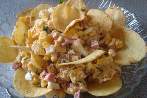 Копченый салат с чипсами