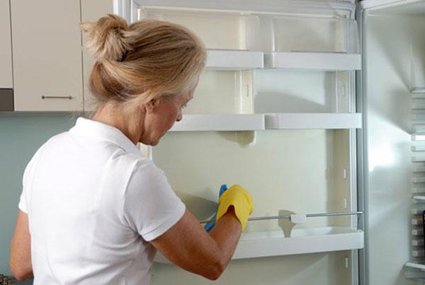 Как правильно чистить холодильник