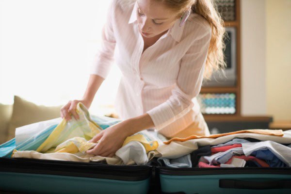 Как сохранить одежду не помятой в багажной сумке?
