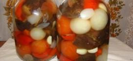 Консервированные помидоры с луком и чесноком