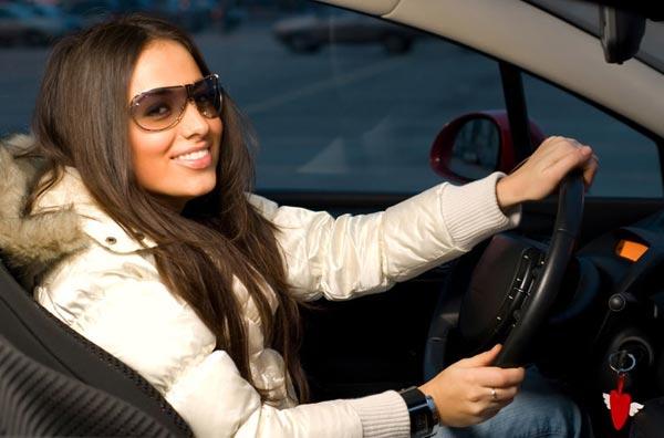 Женщина за рулем: бизнес-леди, студентка или домохозяйка