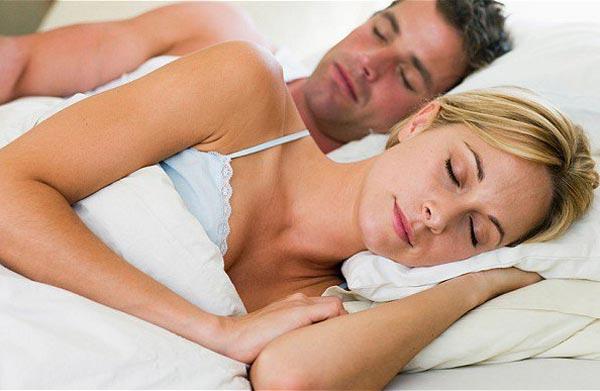 Супругам лучше спать вместе или врозь?