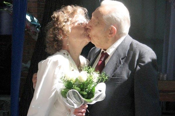 Бриллиантовая свадьба: как лучше отметить и что дарить виновникам торжества
