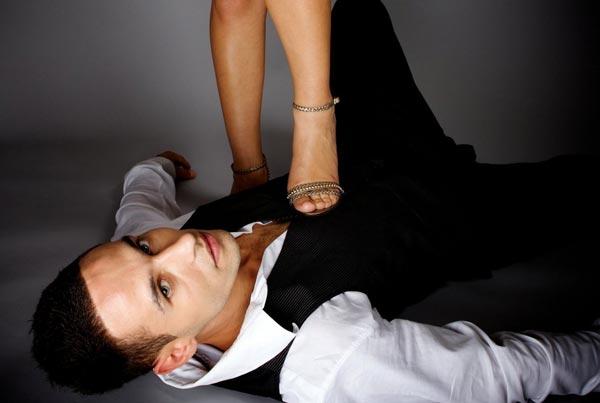 Зачем мужчинам под каблук, а женщинам за стену?