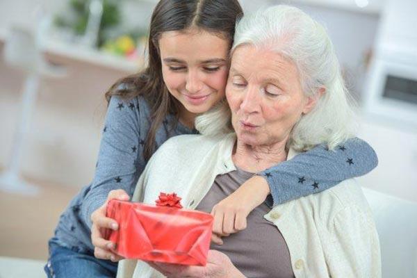 Как поздравить бабушку и что ей подарить?