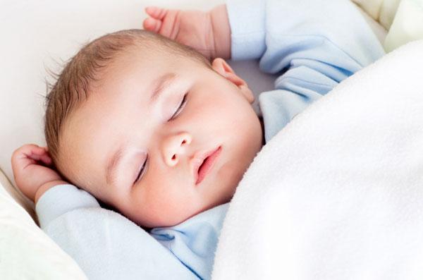 Секреты ухода за новорожденным: сон и прогулки