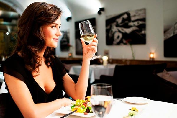 Как одеться в ресторана? Выбираем платье