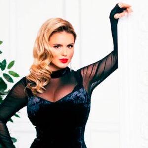 Как одеваться женщинам с большим бюстом? Советы модельера
