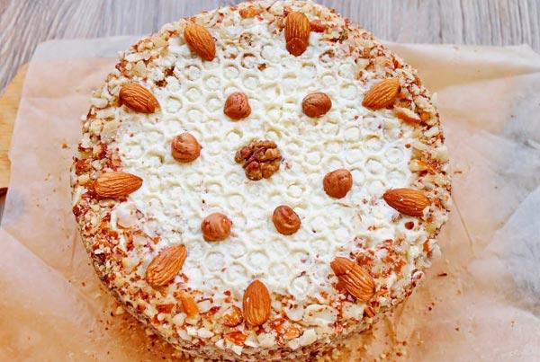 Медовый торт с арахисом или миндалем