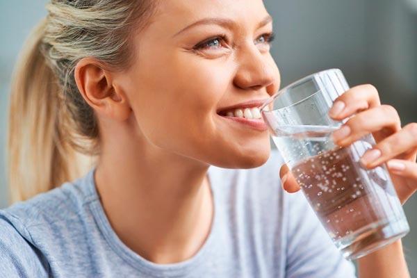 Достаточно ли просто пить много воды для здоровья кожи?