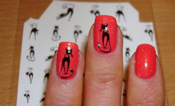 Красный маникюр с кошками
