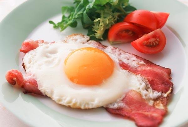 Яйца и мясо на завтрак помогут похудеть