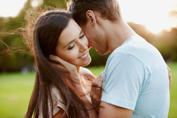 Мужчина целует девушку фото
