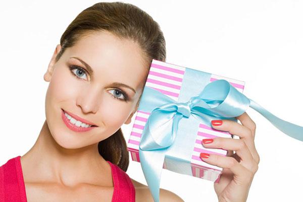 Выбрать подарок женщине купить розы саженцы минск почтой