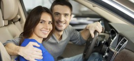 Женщина в машине в роли пассажира