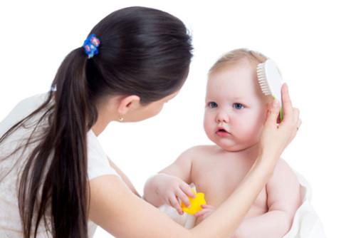 Ребёнок расчёсывает себе грудь