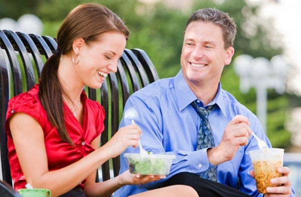 Если мужчина избегает общения с женщиной