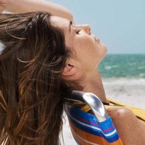 Как защитить волосы во время летнего отпуска: 10 советов