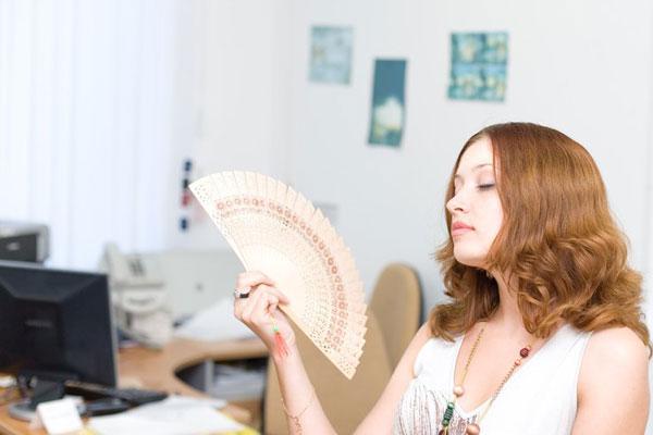 Жара в офисе. Что делать женщинам?