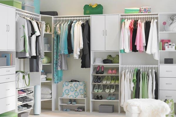 Удачное решение - организация отдельной гардеробной зоны