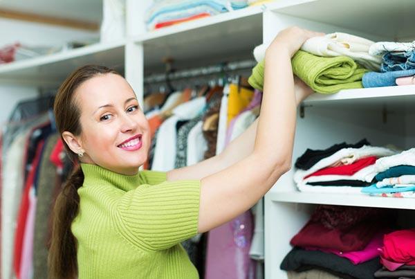 Как убрать в шкафу и сложить одежду, не потратив много времени?